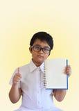 Intelligentes Asien-Jungenshowbuch und gute Zeichenhand Lizenzfreie Stockfotografie