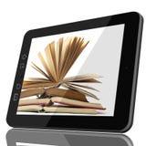Intelligentes Digital-Bibliotheks-Konzept - Tablet-Computer und offenes Buch an lizenzfreies stockbild