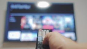 Intelligentes Fernsehen mit Apps Lebensstil und Hand Männliche Hand, die weg den intelligenten Lebensstil der Fernbedienungsdrehu stock video footage