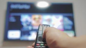 Intelligentes Fernsehen mit Apps und Handlebensstil Männliche Hand, die weg den intelligenten Lebensstil der Fernbedienungsdrehun stock footage