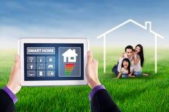 Intelligentes Hauptsystem und glückliche Familie Lizenzfreie Stockfotografie