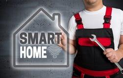 Intelligentes Haus mit Hausmit berührungseingabe bildschirm wird vom Techniker instand gehalten lizenzfreie stockbilder