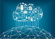 Intelligentes Haus und Internet des Sachenkonzeptes Bewölken Sie die Datenverarbeitung, zum von globalen drahtlosen Apparaten mit Stockbilder