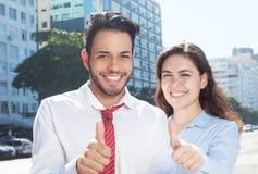 Intelligentes junges Geschäftsteam, das Daumen in der Stadt zeigt Lizenzfreie Stockfotos