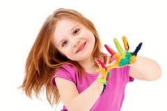 Intelligentes Kind, das mit Farben spielt Stockbilder