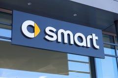 Intelligentes Logo auf einem Autohändlergebäude Stockfoto