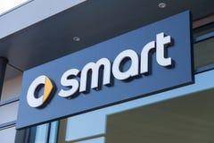 Intelligentes Logo auf einem Autohändlergebäude Stockbild