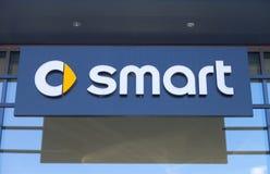 Intelligentes Logo auf einem Autohändlergebäude Stockfotografie