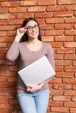 Intelligentes Mädchen, das moderne Technologie einsetzt lizenzfreie stockfotos