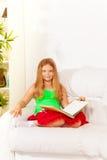 Intelligentes Mädchen mit Buch Stockfotografie
