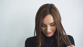 Intelligentes Mädchen mit großen Augen werfen das Schauen zur Kamera in 4K stock video