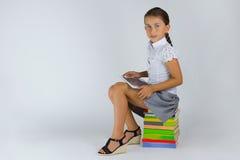 Intelligentes Mädchen mit Tablette Lizenzfreies Stockbild
