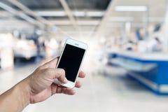 Intelligentes Mobiltelefon des leeren Bildschirms in der Hand Lizenzfreie Stockbilder