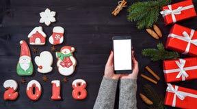 Intelligentes Mobiltelefon mit leerem Bildschirm für APP-Darstellung in den Frauenhänden, Kopienraum Abstraktes Hintergrundmuster Lizenzfreie Stockbilder