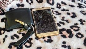 Intelligentes Schlüsseltelefon der Geldbörse auf platern Hintergrund der Baumwollfarbe stockbilder