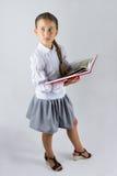 Intelligentes Schulmädchen, das ein Buch hält Stockbild