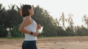 Intelligentes smartwatch Uhr der tragbaren Technologie, Tätigkeits-Verfolgerarmband der aktiven Frau tragendes auf Handgelenk Läu stock video footage