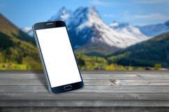 Intelligentes Telefon auf Tabelle lizenzfreie stockfotos