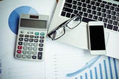 intelligentes Telefon auf weißem Schreibtisch mit Bürozubehör Lizenzfreie Stockfotos