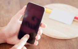 Intelligentes Telefon in der Hand einer Frau Lizenzfreie Stockfotografie