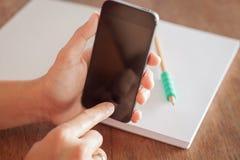 Intelligentes Telefon in der Hand einer Frau Lizenzfreies Stockbild