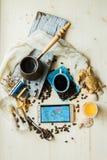 Intelligentes Telefon der Handpresse mit Kaffeetasse und Kopfhörer, Konzept alles kann auf Ihrer Hand durch intelligentes Telefon Stockbild