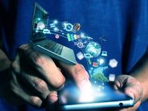 Intelligentes Telefon der Mannpresse Lizenzfreie Stockfotos