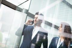 Intelligentes Telefon des Geschäftsteam-Gebrauches Stockfotos
