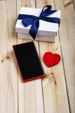 Intelligentes Telefon, Geschenkbox und Herz Stockbild