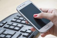 Intelligentes Telefon im Büro Stockbilder
