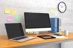 Intelligentes Telefon, Laptop und Kaffeetasse auf hölzerner Tabelle Lizenzfreies Stockfoto