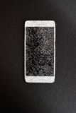 Intelligentes Telefon mit defektem Schirm auf schwarzem Hintergrund Lizenzfreie Stockfotos
