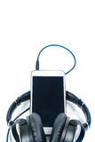 Intelligentes Telefon mit Kopfhörer auf weißem Hintergrund Lizenzfreie Stockbilder