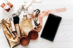 Intelligentes Telefon mit leerem Schirm und Luxusschmuck parfümieren Geschenk Lizenzfreie Stockbilder