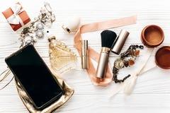 Intelligentes Telefon mit leerem Schirm und Luxusschmuck parfümieren Geschenk Lizenzfreies Stockbild