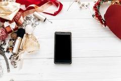Intelligentes Telefon mit leerem Schirm und Luxuswesensmerkmaleschmuck pro Lizenzfreie Stockbilder