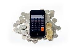 Intelligentes Telefon mit Münzen auf Isolat Lizenzfreie Stockbilder