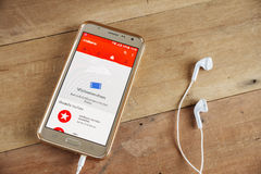 Intelligentes Telefon mit YouTube-APP Lizenzfreie Stockbilder