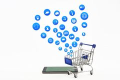 Intelligentes Telefon oder Tablette auf weißem Hintergrund mit Einkaufsikonensatz Lizenzfreie Stockbilder