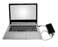 Intelligentes Telefon schloss an einen Laptop durch das Datenkabel an, das im Weiß lokalisiert wurde Stockbilder