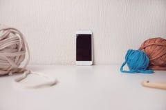 Intelligentes Telefon und Bälle von T-Shirt Garn Lizenzfreies Stockfoto