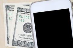 Intelligentes Telefon und Dollarscheine, bewegliches Zahlungskonzept Lizenzfreies Stockfoto