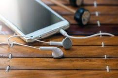 Intelligentes Telefon und Kopfhörer auf Xylophon Lizenzfreie Stockfotos