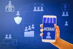 Intelligentes Telefone-learning des Webinar-Konzept Frauenhandgriffs auf Mobile, mit blauen Hintergründen, Konzept online und Fäh stockbild