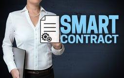 Intelligentes Vertragsmit berührungseingabe bildschirm wird von der Geschäftsfrau gezeigt stockfotografie
