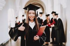 Intelligentie diploma Mortierraad Aziatisch Meisje royalty-vrije stock afbeelding