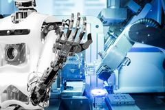 Intelligenza artificiale lavorare sostituendo gli esseri umani nelle industrie moderne, industria 4 La parola di colore rosso sit fotografia stock