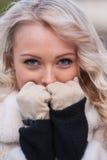 Intens kijk van een vrouw in de winter stock fotografie