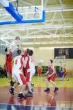 Intens ogenblik in basketbalspel Royalty-vrije Stock Foto's
