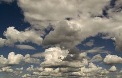 Intense blauwe hemel met witte wolken royalty-vrije stock foto